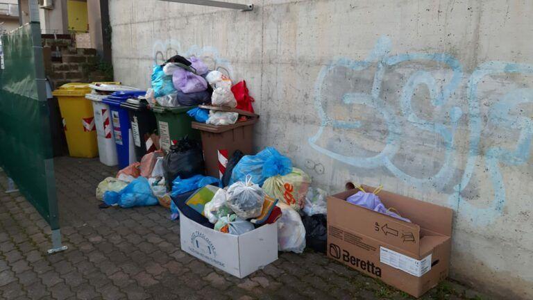 """Pescara, il Pd denuncia l'emergenza rifiuti. L'assessore: """"Netturbini malati e sacchetti in ritardo"""""""