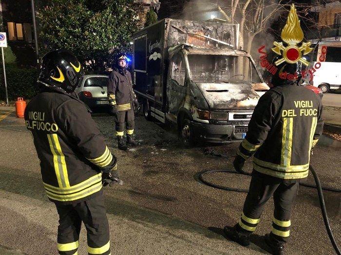 Pescara, a fuoco furgone per lo street food