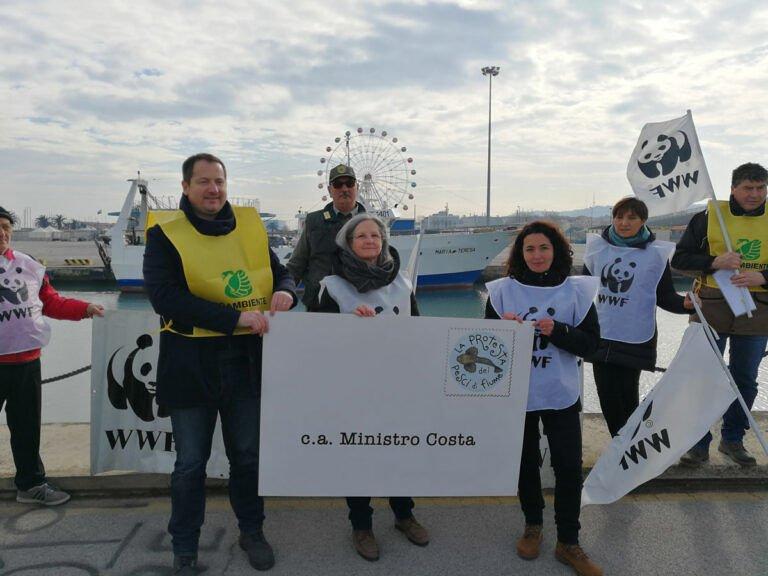 Flash-mob organizzato dal WWF e Legambiente alla foce del Pescara