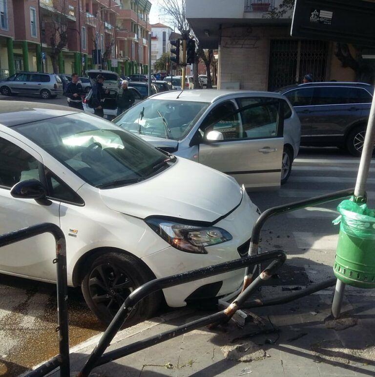 Alba Adriatica, via Roma: incidente nell'incrocio con semaforo lampeggiante