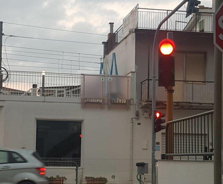 Pineto, viabilità: il semaforo a Scerne è diventato pericoloso