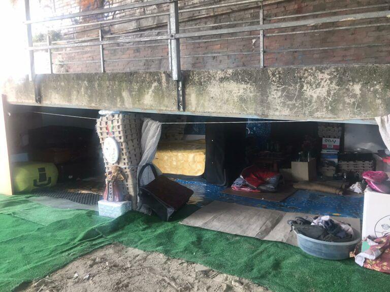 Pescara, accampamento per senzatetto sotto la pista ciclabile lungo il fiume