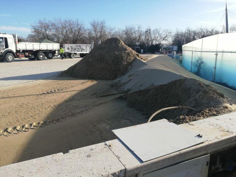 Pescara, tempesta di sabbia: scatta la pulizia straordinaria FOTO