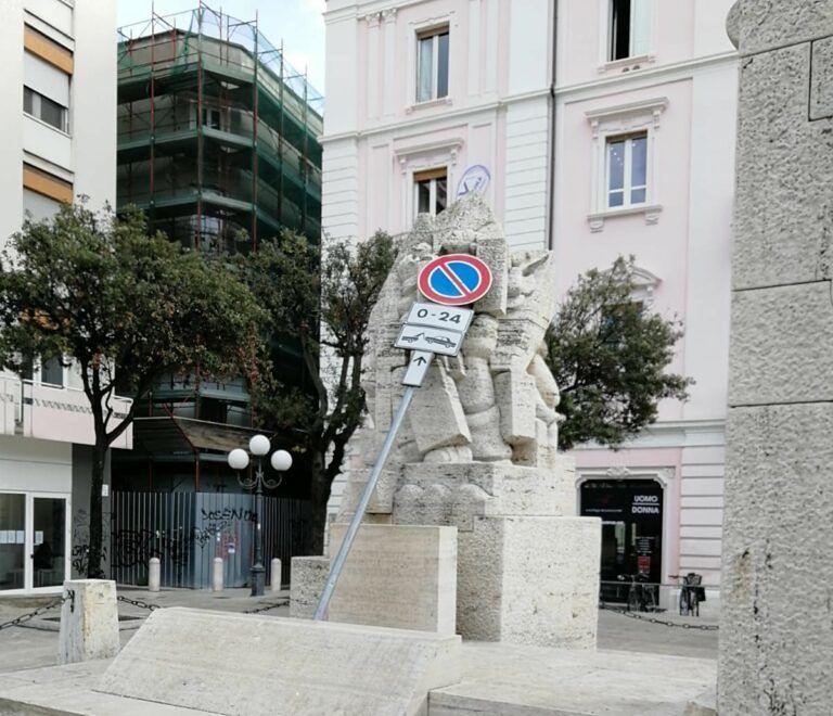 """Pescara, Monumento ai caduti usato come deposito di attrezzi comunali: """"Pessimo esempio"""""""