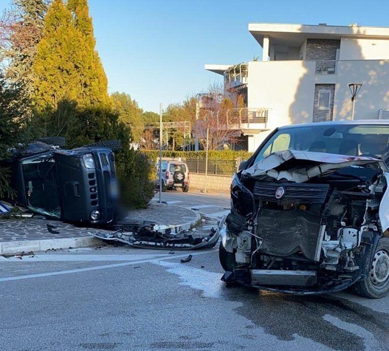 Pineto, incidente a Corfú: furgone contro auto FOTO