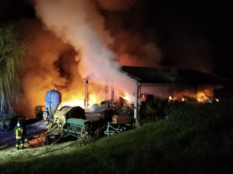 Cermignano, violento incendio devasta capannone agricolo FOTO