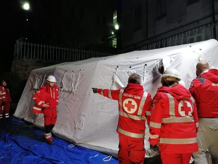 Coronavirus: tenda per i casi positivi all'ospedale di Penne FOTO