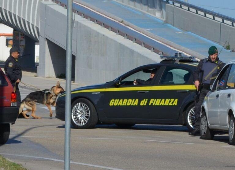 Pescara, 65 grammi di droga tra le parti intime: scoperta dal cane della Finanza