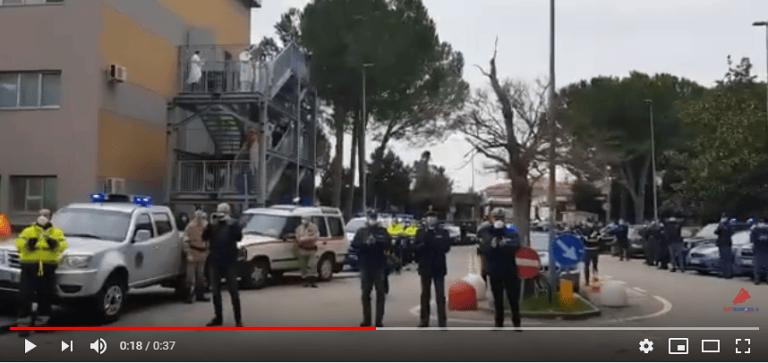 Coronavirus, Pescara: le forze dell'ordine rendono omaggio agli eroi dell'ospedale-VIDEO