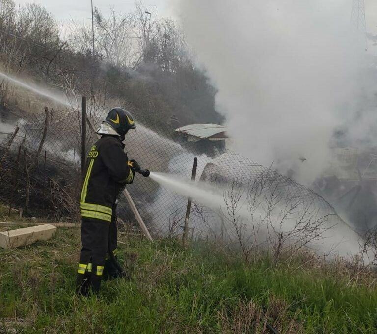 Teramo, i pompieri spengono incendio a Sant'Atto: in fiamme arbusti e canne FOTO