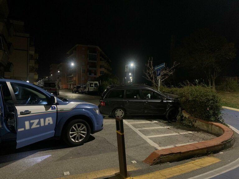 Alba Adriatica, l'auto va lunga sul lungomare e si schianta sul muretto FOTO VIDEO