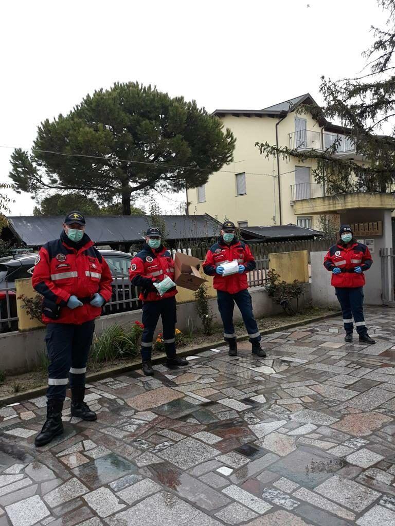 Tortoreto, coppia di operai dona 100 mascherine all'associazione nazionale carabinieri