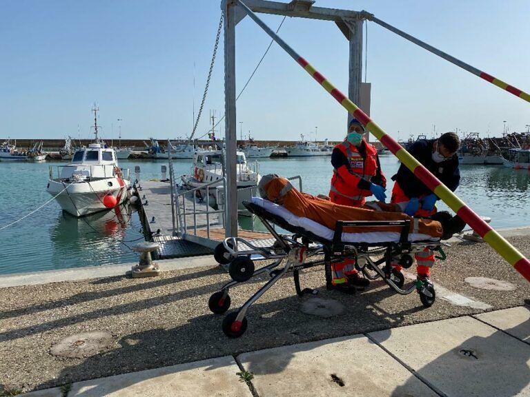 Ortona: soccorso un marittimo infortunato a bordo di una nave in rada