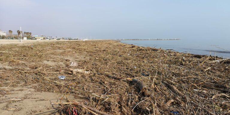 Giulianova, dopo la mareggiata tonnellate di legname e rifiuti in spiaggia FOTO