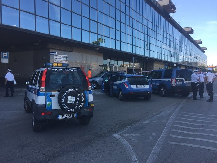 Pescara, minaccia di tagliargli la gola per evitare il controllo in stazione
