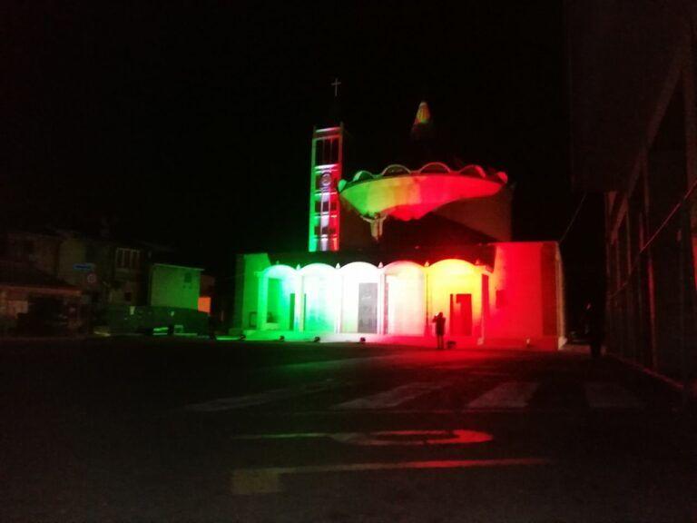 Sant'Egidio, luci tricolori per i volontari anti-covid: il ringraziamento FOTO