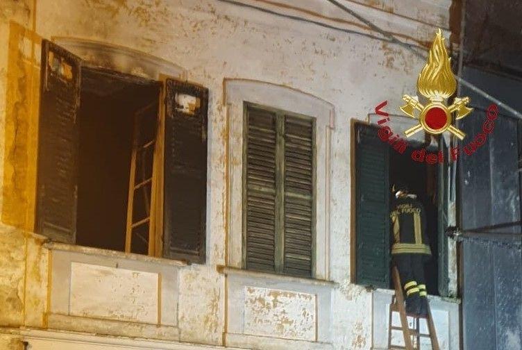 Loreto Aprutino, incendio fa crollare un solaio: pompieri tra le macerie in cerca di persone FOTO