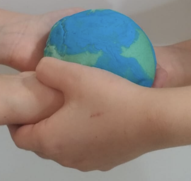 Flashmob dei bambini di Isola del Gran Sasso per la giornata della Terra