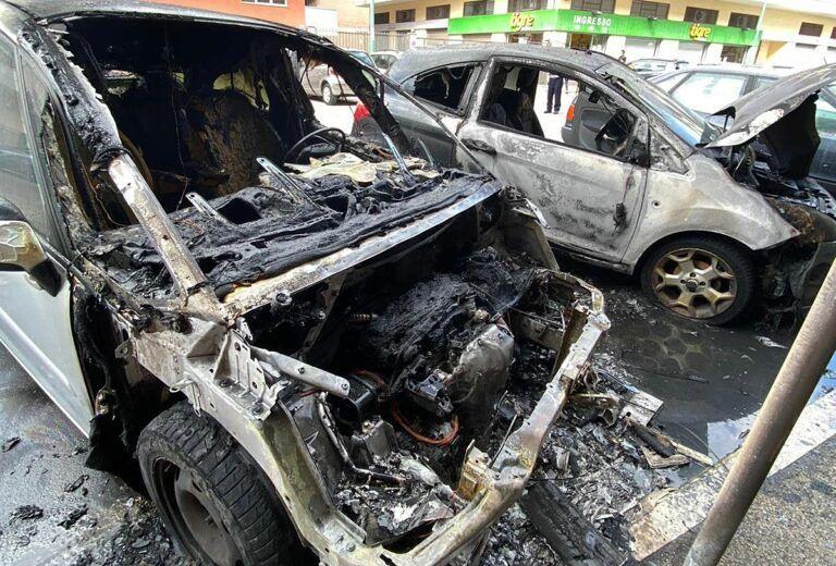 Pescara, incendio in via Malagrida: distrutte 2 auto-FOTO
