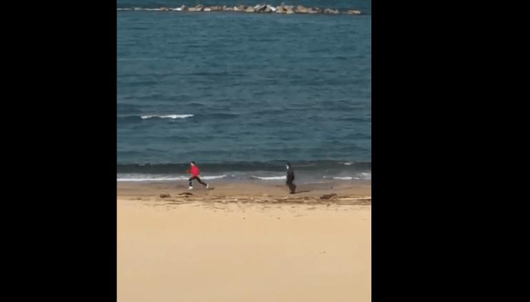 Pescara, corre sulla spiaggia e scappa dai controlli per il coronavirus: fermato e denunciato VIDEO