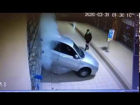 Martinsicuro, spaccata nel centro commerciale: l'azione dei ladri VIDEO