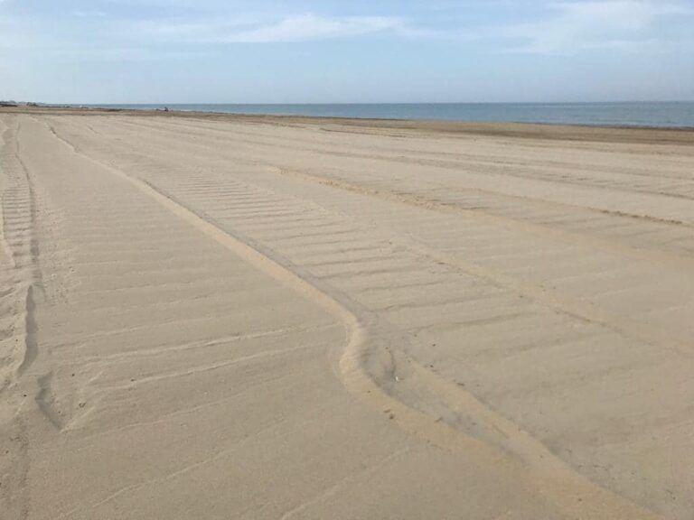 Tortoreto, sulla spiaggia si lavora per farsi trovare pronti alla fase due FOTO