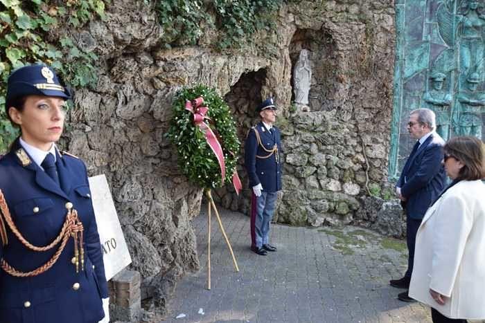 Pescara, corona di fiori in questura per l'anniversario della polizia