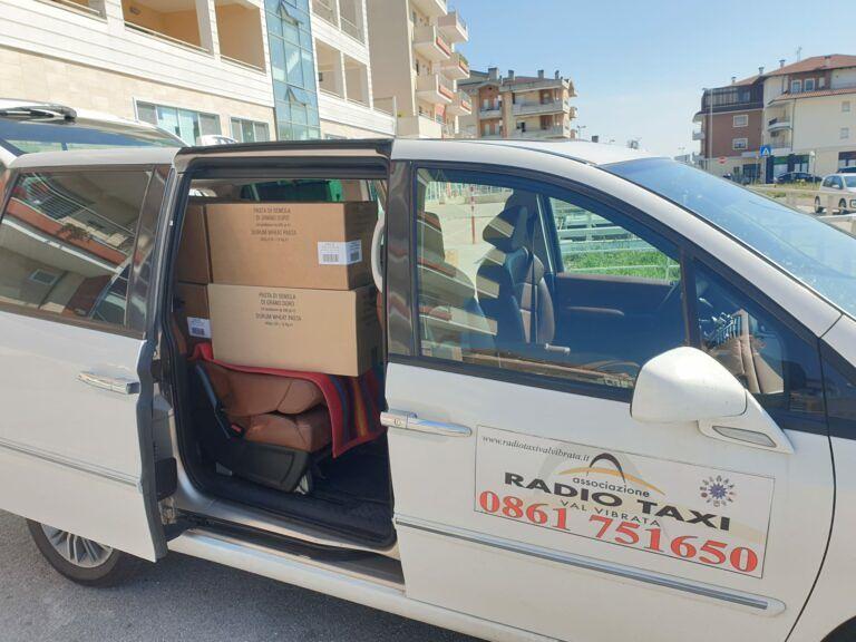 Alba Adriatica, l'associazione Radio Taxi dona 150 kg di pasta alla Caritas FOTO