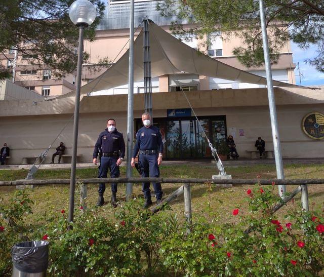 Le guardie giurate dell'ospedale di Chieti issano una nuova bandiera in segno di speranza VIDEO