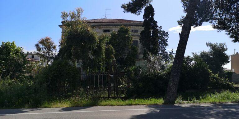 Cologna Spiaggia, riesplode il caso di Villa Ranalli: struttura abbandonata e erbacce ovunque FOTO