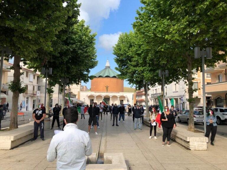 Sant'Egidio alla Vibrata, nuova mobilitazione in piazza delle Mascherine Tricolori