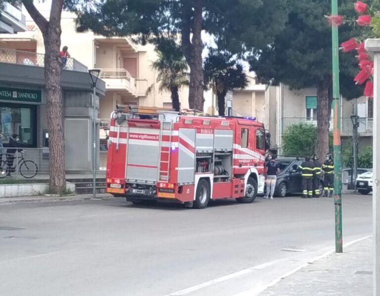Pineto, bimbo resta chiuso in macchina: liberato dai pompieri