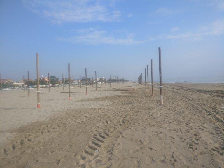 """Tortoreto, """"spuntano"""" i primi ombrelloni sulla spiaggia"""