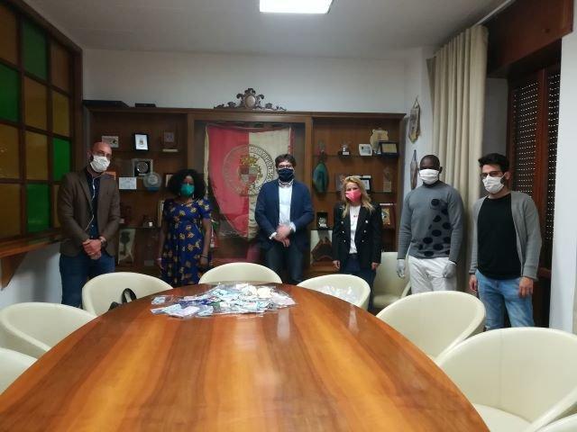 Vasto, consegnate al sindaco 150 mascherine realizzate per le associazioni disabili cittadine