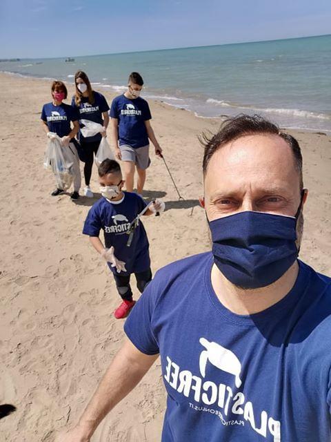 Plastic Free Challenge 2020: raccolti quindici chili di plastica sulla spiaggia tra Pineto e Silvi