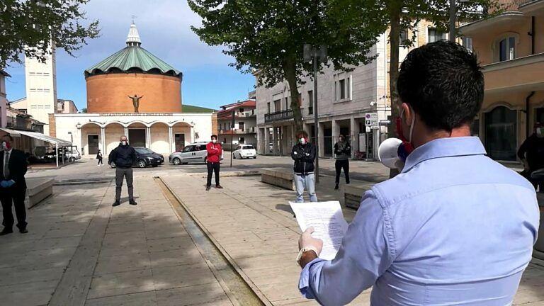 Sant'Egidio alla Vibrata: in piazza la manifestazione silenziosa delle Mascherine Tricolori