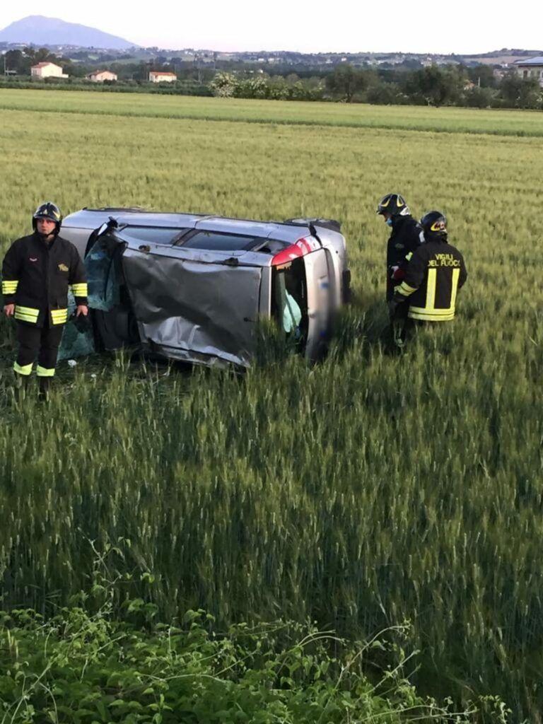 Auto con 4 giovani a bordo finisce fuoristrada a Scerne di Pineto FOTO