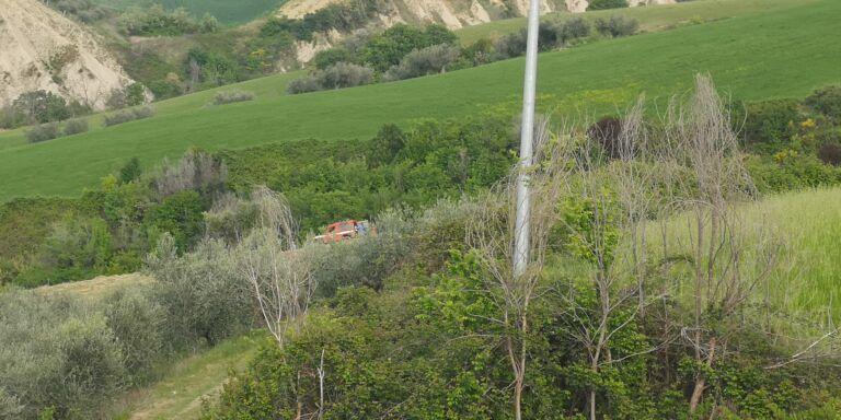 Roseto, tragedia nei campi di contrada Cortino: agricoltore travolto dall'imballatrice FOTO VIDEO