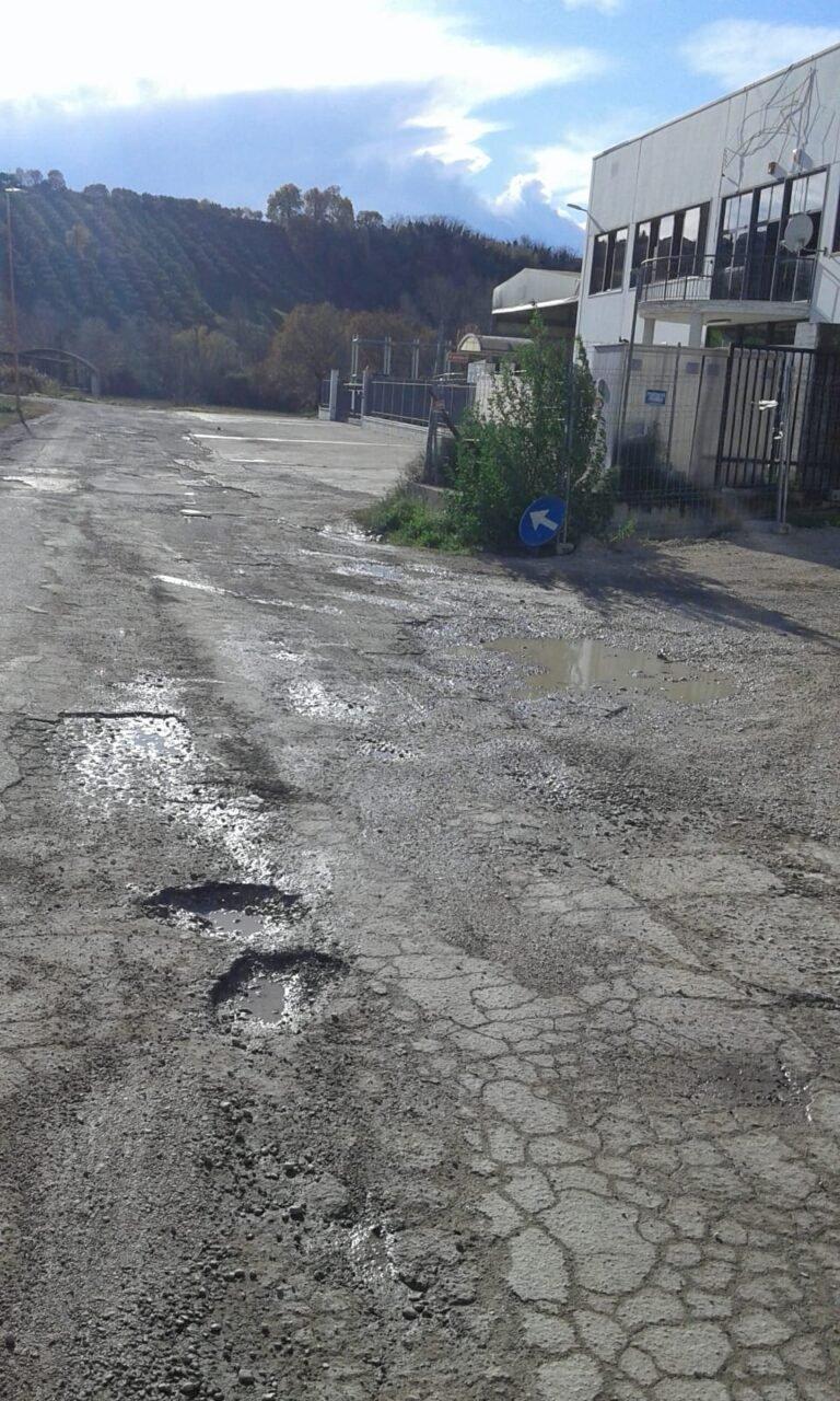 Tortoreto, strade dissestate a Salino, con buche e manutenzione assente FOTO