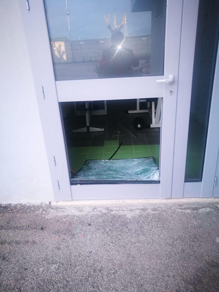 """Alba Adriatica, ladri allo stadio """"Vallese"""" rompono vetri e porte FOTO"""