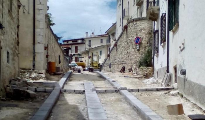 Civitella Alfedena, proteste per lo smantellamento della vecchia strada in ciottoli