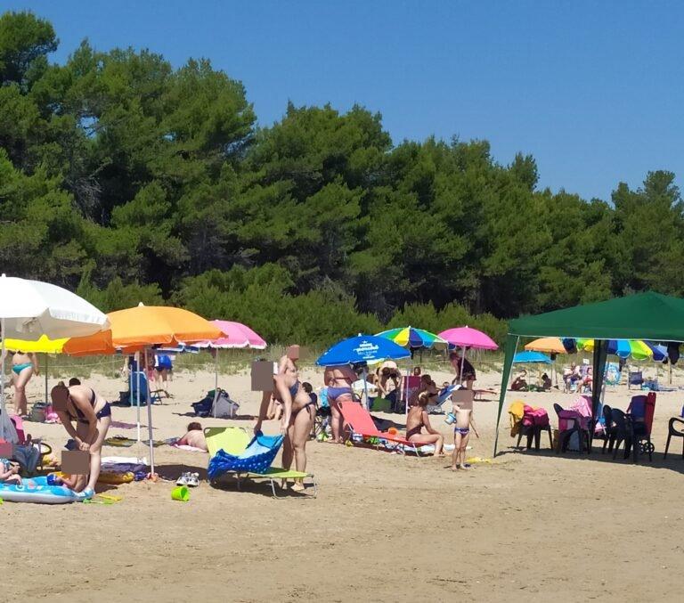 """Pineto, la spiaggia al tempo del Covid: """"una domenica di ordinaria follia"""". La segnalazione FOTO"""