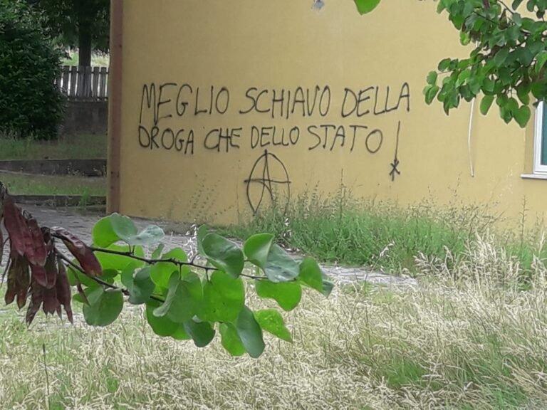 """Teramo, scritta anarchica sulle mura della scuola. Destra sociale: """"Inaccettabile"""" FOTO"""