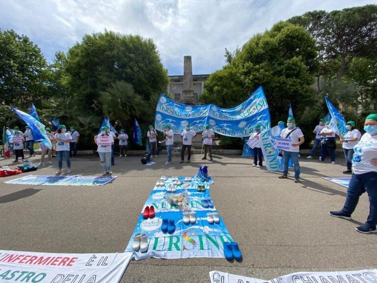 Infermieri ed operatori sanitari in protesta: il flash mob di Pescara FOTO