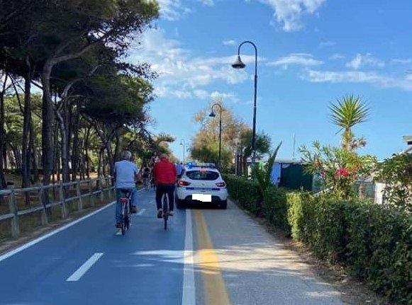 Alba Adriatica, auto dei vigili sulla pista ciclo-pedonale. Fiab: usare le biciclette
