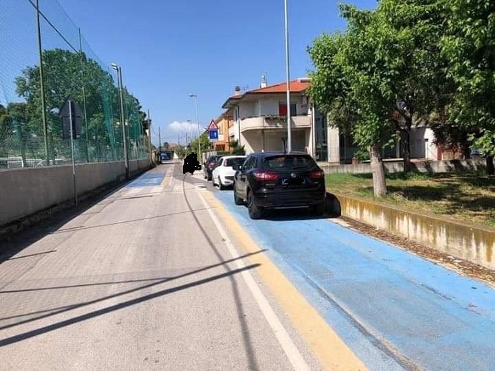 """Cologna, la polemica sulla pista ciclabile di via del sottopassaggio. I residenti: """"Noi senza parcheggi"""" NOSTRO SERVIZIO"""