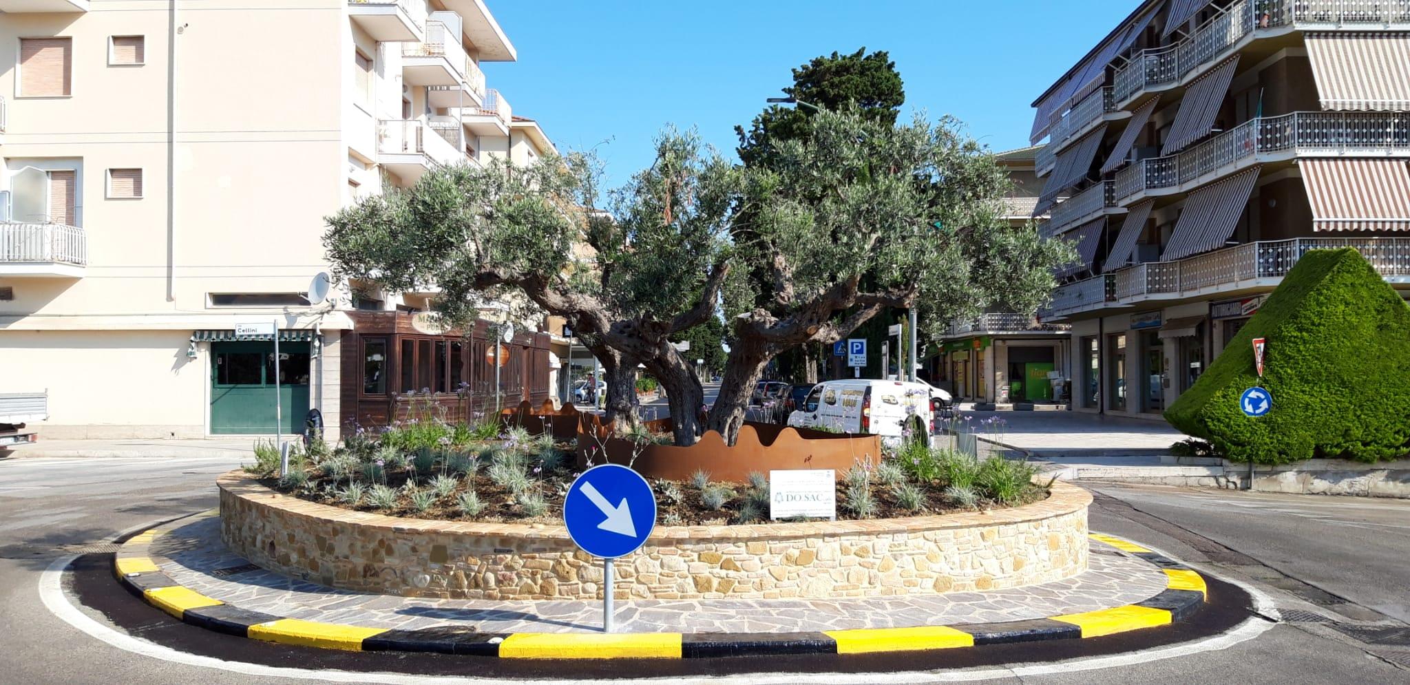 Pineto, ''scoperta'' la rotonda a Corfù: biglietto da visita per la zona sud della città FOTO
