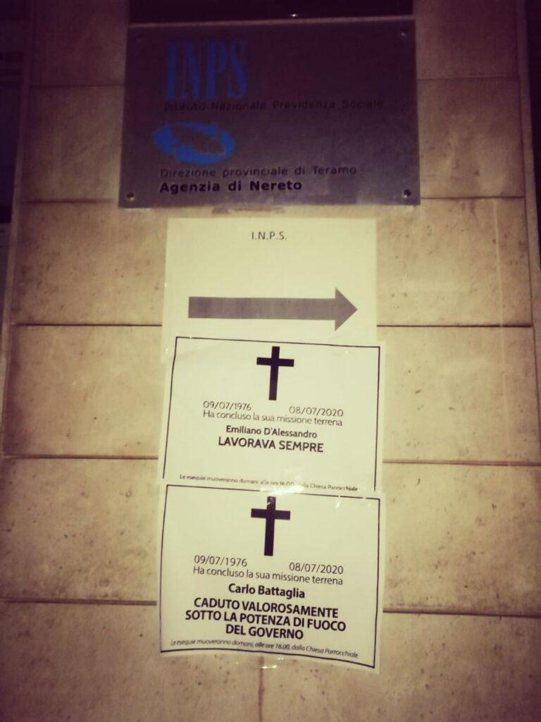'Morti aspettando la cassa integrazione': necrologi davanti alle sedi Inps della provincia di Teramo FOTO