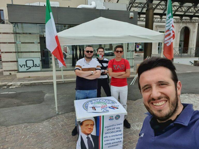 Teramo, raccolta firme di Forza Italia Giovani per Silvio Berlusconi senatore a vita
