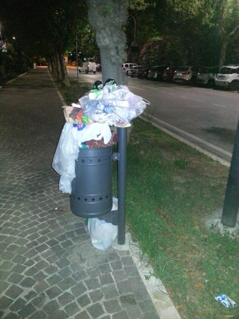 Giulianova, cestini stracolmi di immondizia nel weekend: la segnalazione FOTO